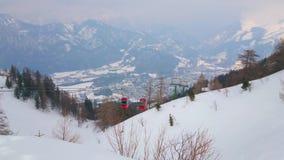 Kabelbilen på den snöig monteringen Katrin, dåliga Ischl, Österrike stock video