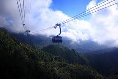 Kabelbilen ska ta dig upp till det fansipan berget Royaltyfria Bilder
