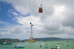 Kabelbilen till den Vinpearl ön om den molniga dagen Nha Trang Arkivfoto