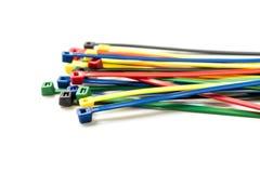 Kabelbinder lokalisiert auf weißem Hintergrund bunt Stockfotos