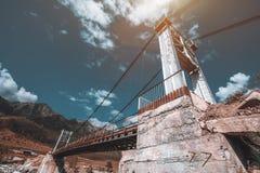 Kabelbrücke über dem Gebirgsfluss lizenzfreies stockfoto