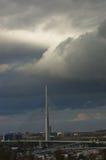 Kabelbrücke in den niedrigen dunklen Wolken vor einem Sturm in Belgrad Stockfotos