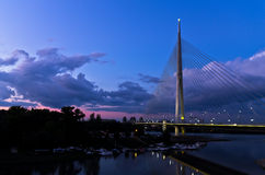 Kabelbrücke in der Dämmerung über der Save nahe Ada-Insel, Belgrad Lizenzfreies Stockbild