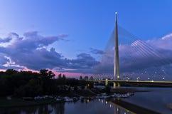 Kabelbrücke in der Dämmerung über der Save nahe Ada-Insel, Belgrad Stockbild