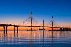 Kabelbrücke von St- Petersburglandstraße über Neva-Fluss stockfotografie