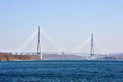 Kabelbro till den ryska ön Royaltyfri Bild