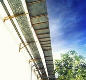 Kabeldienblad in Fabriek met blauwe hemel Stock Afbeeldingen