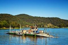 Kabelfärja över en flod i Australien royaltyfria bilder