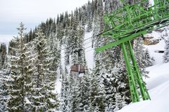 Kabeljärnväg på bergöverkanten Wallberg som täckas med snö, bayerska fjällängar, Bayern, Tyskland royaltyfri foto