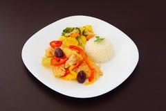 Kabeljau eine portugiesische Art, ein Reis und ein gedämpftes Gemüse Lizenzfreie Stockfotografie
