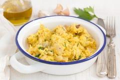 Kabeljaus mit Ei und Kräutern auf Teller Lizenzfreie Stockfotos