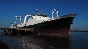 Kabeljauwboot op dokken stock afbeelding