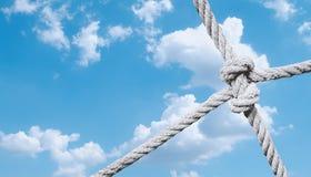 Kabelknoop van netto tegen blauwe hemel Royalty-vrije Stock Afbeeldingen