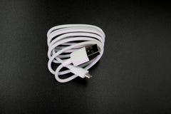 Kabelkontaktdon mikro-USB till USB på svart bakgrund royaltyfri foto