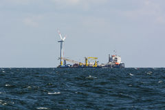 Kabellagelastkahn am Offshorewindpark Stockbild