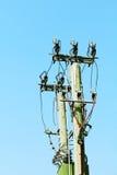 Kabeln Sie die Stromleitungen, die von einem alleinen Pol hängen Stockbild