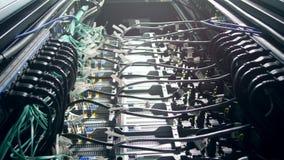 Kabelnetwerk van aangesloten servers stock videobeelden