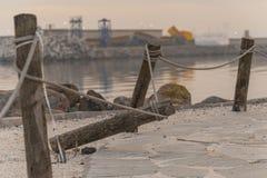 Kabels aan een boom rond het strand worden gebonden dat stock foto's