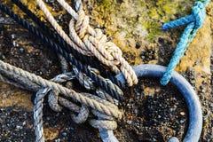 Kabels in bijlage aan ring in een haven Stock Afbeelding