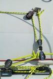 Kabels en blokken op een zeilboot royalty-vrije stock afbeelding