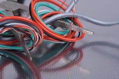 Kabels en hulpmiddelen in elektrische installatie worden gebruikt die stock fotografie