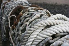 Kabels en kettingen op een muur Stock Foto