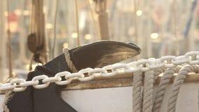 Kabels en kettingen op varend jacht in boothaven Overzees traansport Jachtboot stock video