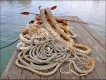 Kabels en roestig anker stock afbeelding