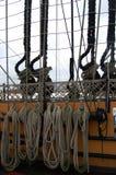 Kabels op de HMS-Overwinning in de haven van Portsmouth, Hampshire, Engla stock foto's