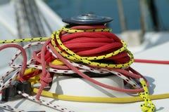 Kabels rond een zeilbootkruk royalty-vrije stock afbeeldingen