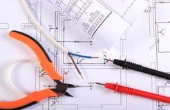 Kabels van multimeter, buigtang, elektrische draad en bouwtekening stock afbeeldingen