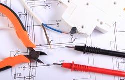 Kabels van multimeter, buigtang, elektrische zekering en draad op bouwtekening royalty-vrije stock foto's
