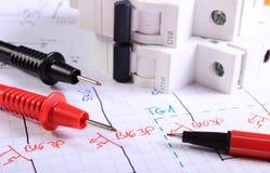 Kabels van multimeterpen en elektrische zekering op elektrotekening stock afbeeldingen