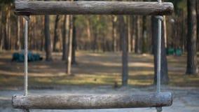Kabelschommeling in het park stock videobeelden