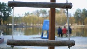 Kabelschommeling in het park stock video