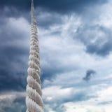 Kabelstijgingen aan hemel met onweerswolken Royalty-vrije Stock Afbeelding