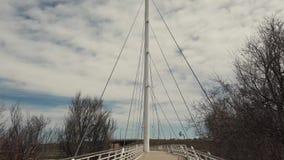 Kabelsuspendierungs-Fußbrücke stock video