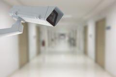 Kabeltelevisie-camera met de manier van de het ziekenhuiszaal in achtergrond Royalty-vrije Stock Foto's