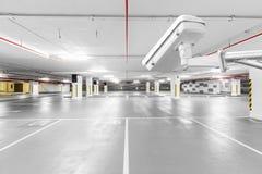 Kabeltelevisie-camera in ondergrondse parkerengarage royalty-vrije stock foto