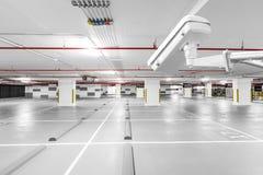 Kabeltelevisie-camera in ondergrondse parkerengarage royalty-vrije stock afbeeldingen