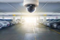 Kabeltelevisie-camera op het parkeerterrein aan beschermingsveiligheid die wordt geïnstalleerd royalty-vrije stock foto's