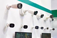Kabeltelevisie-camera's op muur royalty-vrije stock afbeelding