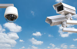 Kabeltelevisie-camera of veiligheidscamera op blauwe hemelachtergrond Stock Foto