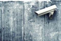 Kabeltelevisie-camera. Veiligheidscamera op de muur. Stock Foto's