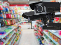 Kabeltelevisie-camera of veiligheidscamera op kleinhandelswinkel vage achtergrond Stock Afbeelding