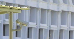 Kabeltelevisie-camera werd geïnstalleerd voor observatie in parkeerterrein stock afbeeldingen
