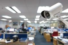 Kabeltelevisie-Cameraveiligheid die in de bureaubouw werken Royalty-vrije Stock Foto's