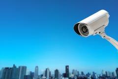 Kabeltelevisie-Cameraveiligheid die met de achtergrond van het gebouwenonduidelijke beeld werken stock fotografie