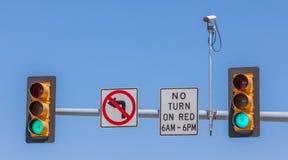 Kabeltelevisie, de camera van de Toezichtveiligheid met het verkeerslicht en Si Stock Afbeeldingen
