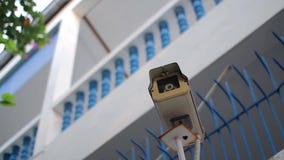 Kabeltelevisie, het verborgen camera hangen op de muur stock videobeelden